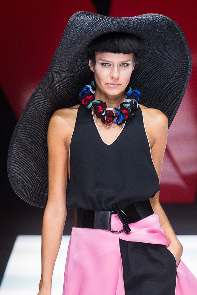 giorgio-armani-spring-summer-2018-SS18-rtw-collection-hair-accessory-trend-analysis-large-hat.jpg