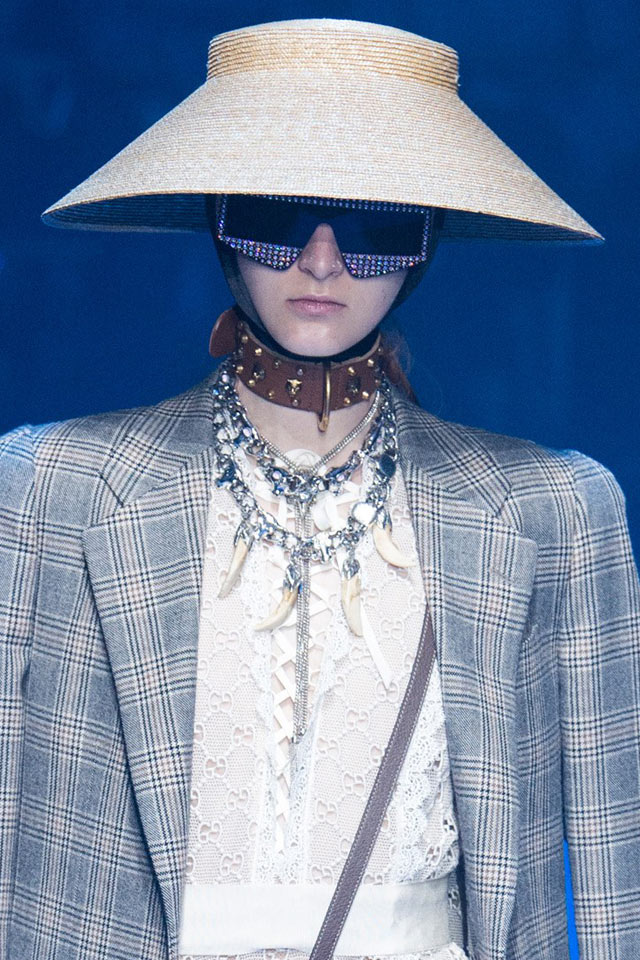 Gucci-spring-summer-2018-SS18-rtw-collection-hair-accessory-trend.jpg